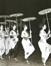 1965, Women's Assembly, Costumes and sets